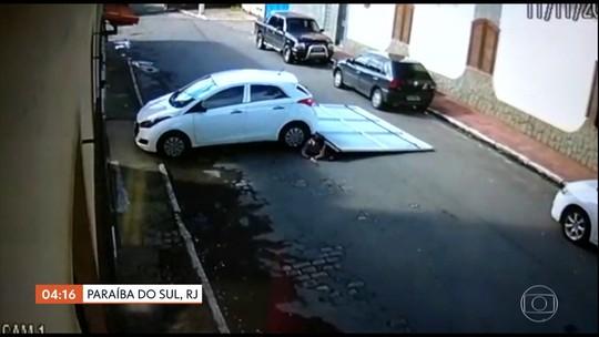 Casal de idosos é atropelado por carro que derrubou portão de garagem, em Paraíba do Sul