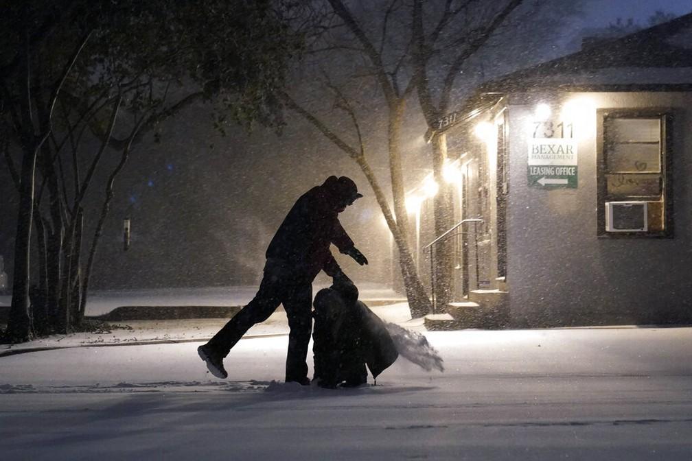 Pessoas brincam na neve durante nevasca em San Antonio, Texas (EUA), no domingo (14) — Foto: Eric Gay/AP Photo