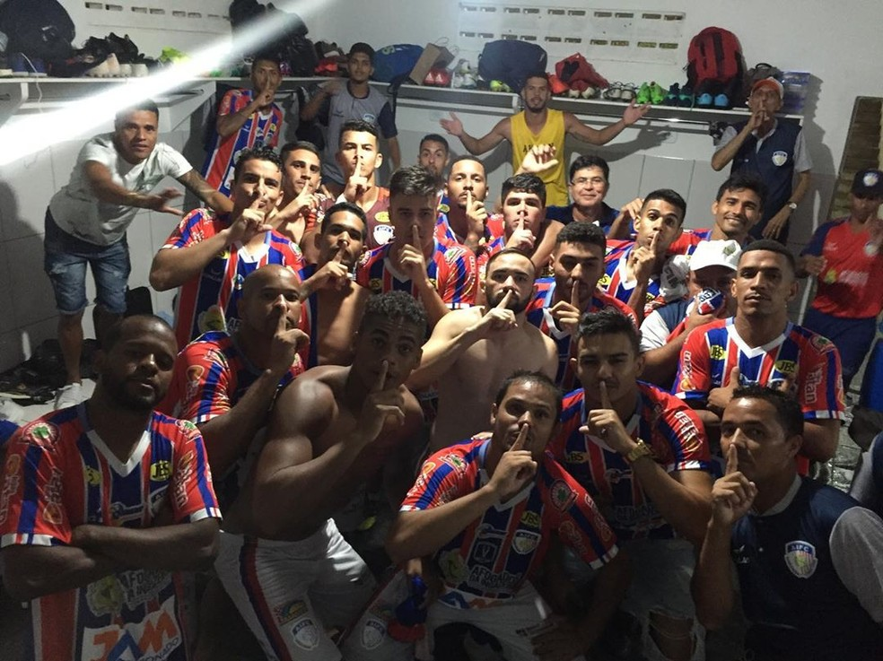 Jogadores do Afogados comemoram a classificação histórica com festa nos vestiários — Foto: Divulgação / Ascom Afogados FC