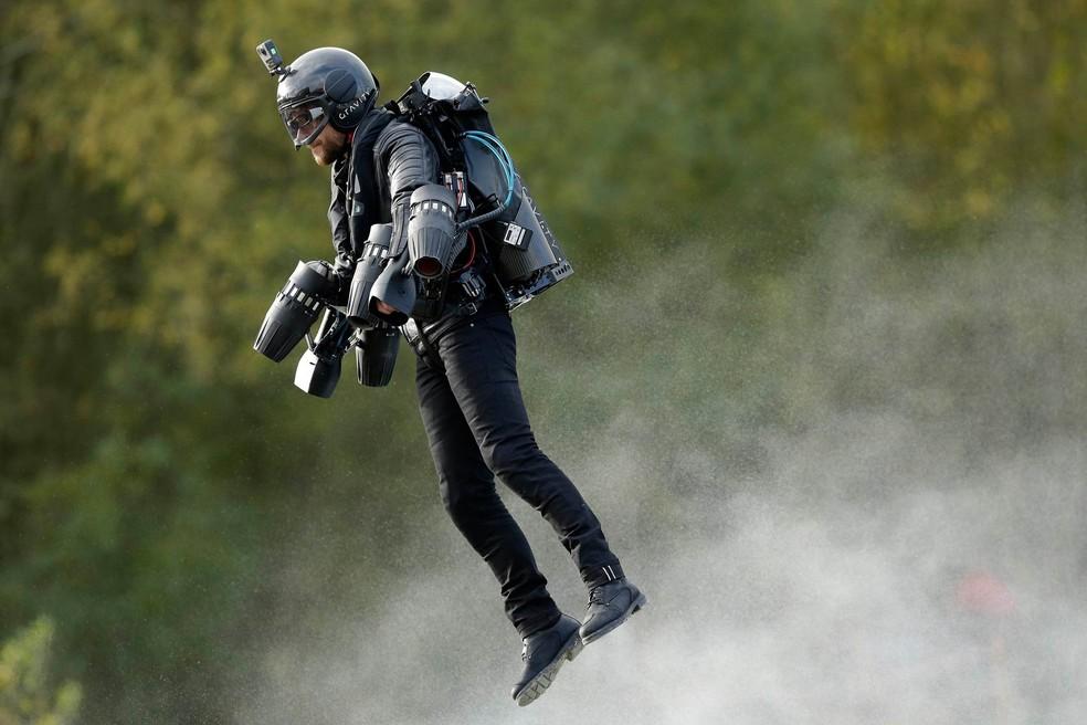 'Homem de Ferro da vida real' bate recorde de voo com roupa a jato (Foto: Tim Ireland/PA via AP)