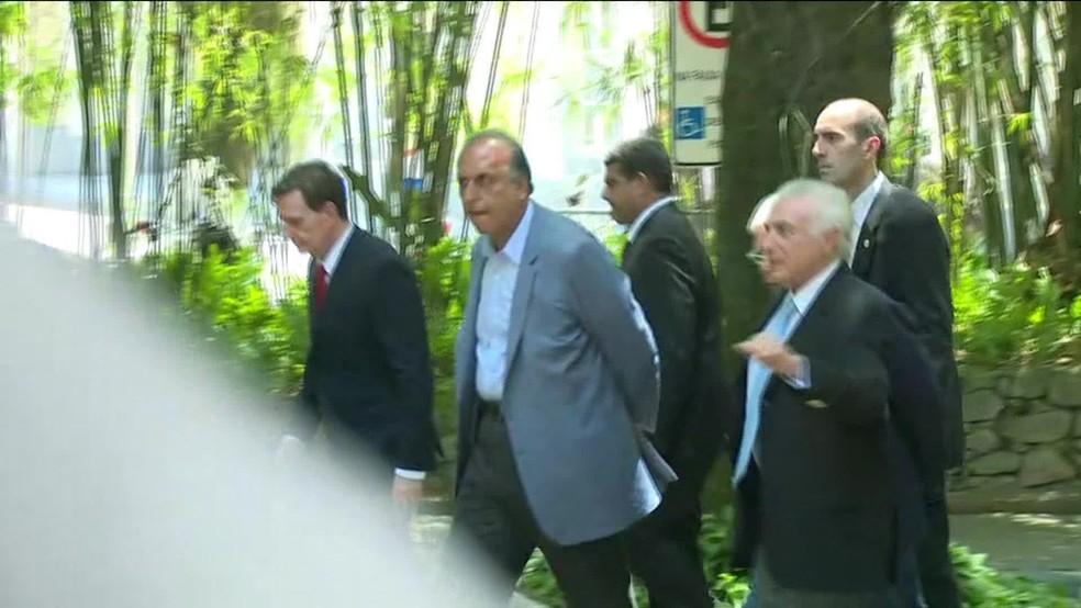 O presidente Michel Temer, ao lado do governador do Rio de Janeiro, Luiz Fernando Pezão, e do prefeito Marcelo Crivella (Foto: Reprodução/ GloboNews)