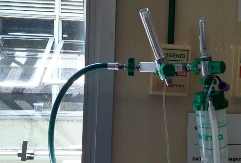 Ligação de oxigênio chega até ala no Hospital Regional de Planaltina, no DF, improvisada pela janela — Foto: Arquivo pessoal