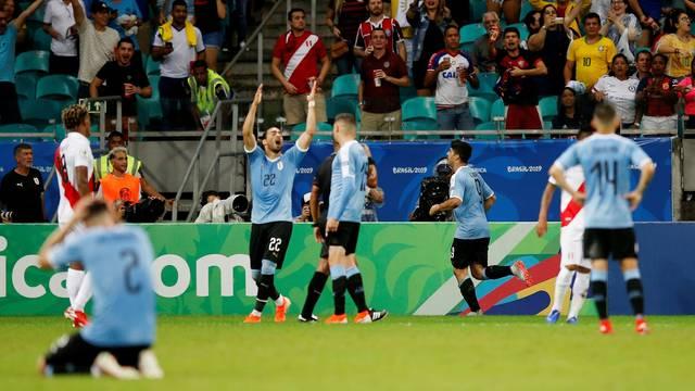 Jogadores do Uruguai lamentam um dos gols anulados contra o Peru