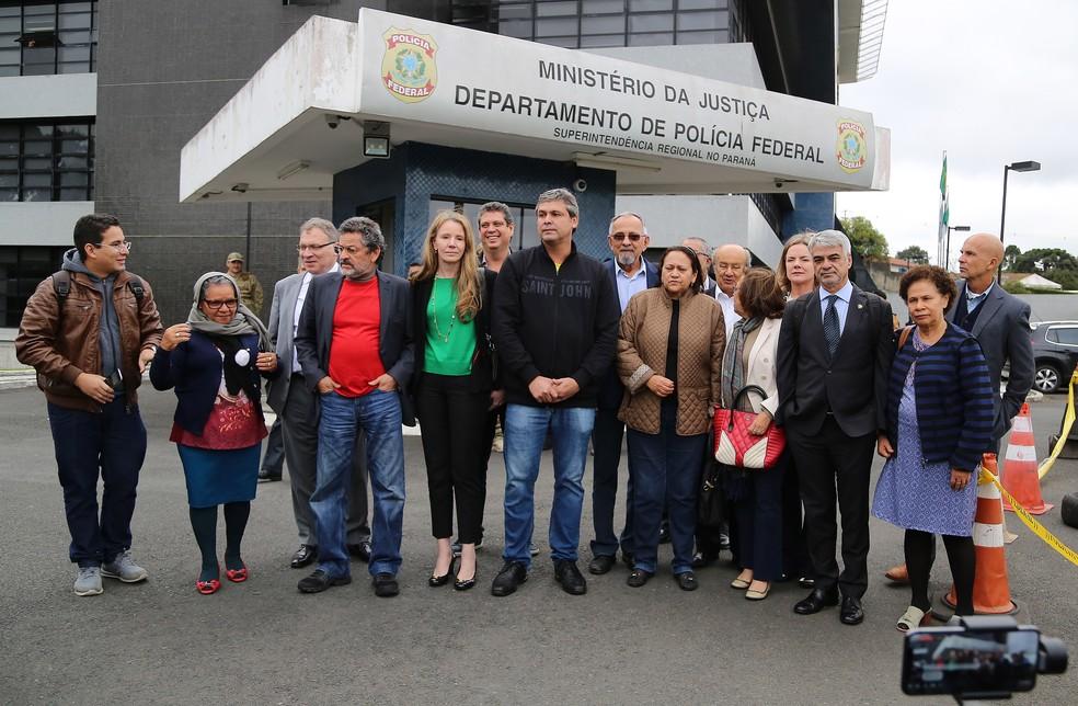 Senadores visitaram o ex-presidente Lula em abril, na superintendência da PF em Curitiba (Foto: Giuliano Gomes/ PR Press)