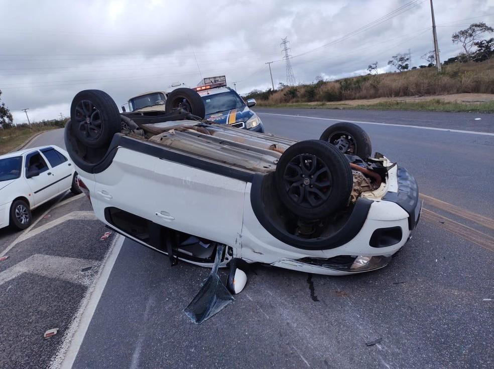 Após bater em veículo, carro capota e deixa ferido em rodovia no sudoeste da Bahia — Foto: Divulgação/PRF