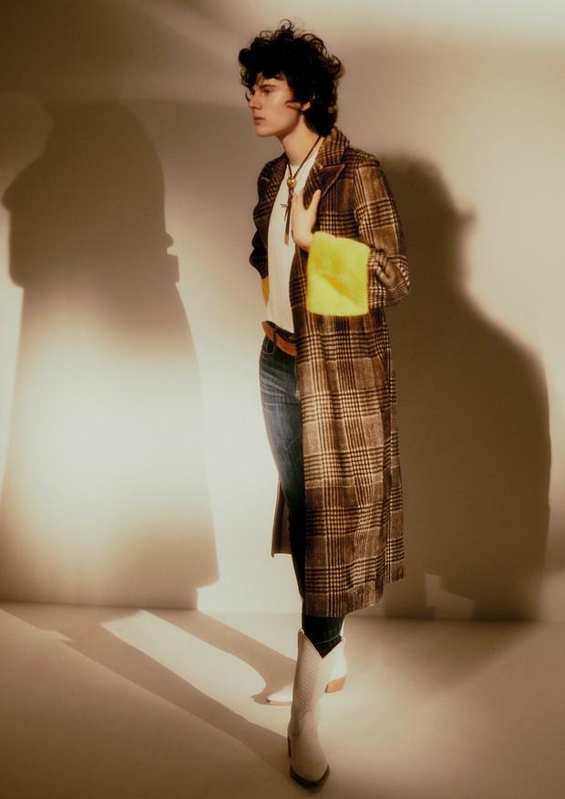 Casaco, R$ 47.890, Fendi; camiseta, R$ 35, Hering; calça, R$ 330, Cholet. Colar com crucifixo, R$ 1.400, e colar de couro, ambos Versace; cinto e botas, ambos Waltão Boots (Foto:  Rafael Pavarotti)