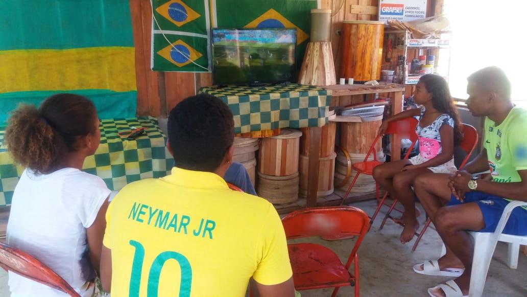 Quilombolas do AP reúnem fé e música à torcida no 2º jogo do Brasil na Copa