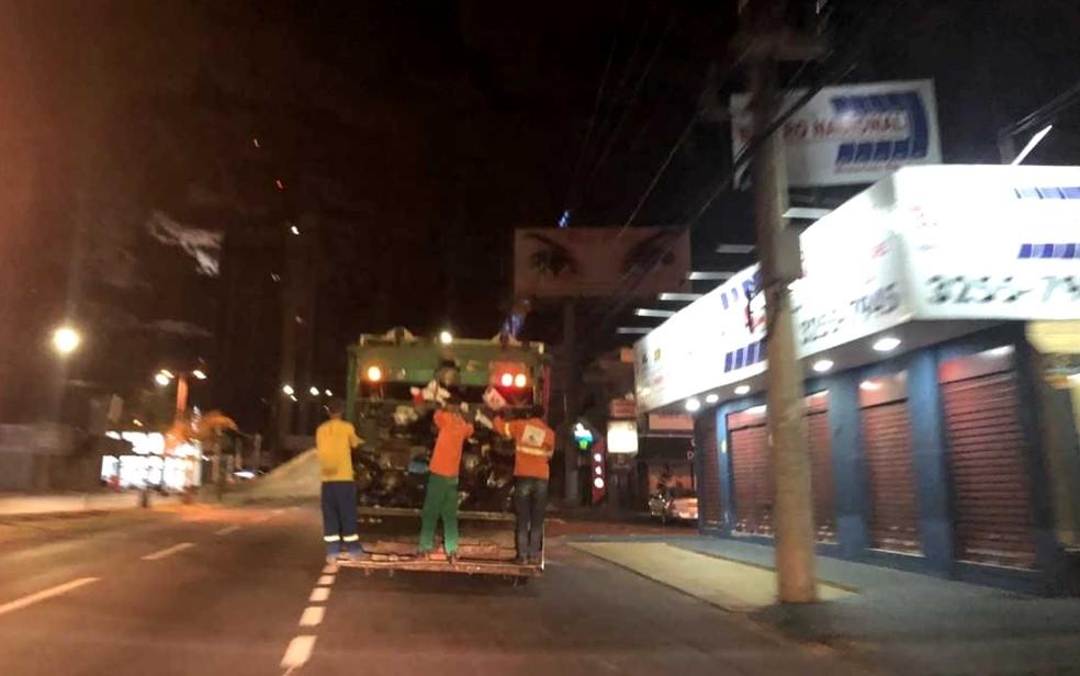 Coleta de lixo sendo feita nesta terça-feira no Setor Bela Vista, em Goiânia (Foto: Murillo Velasco/G1)