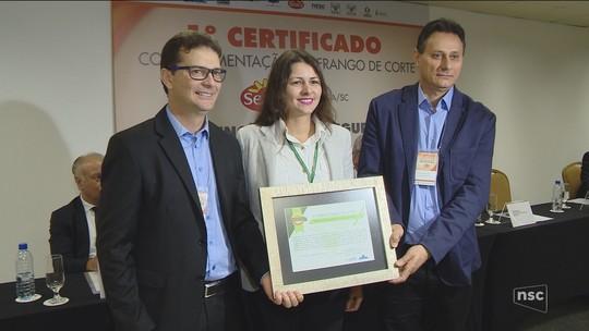 Indústria de SC recebe certificado de qualidade sanitária em produção de aves