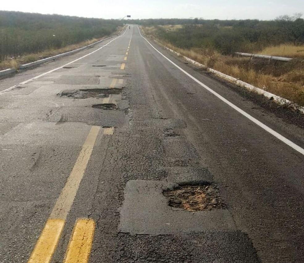 Por causa dos buracos, motoristas que transitam pela BR-226 precisam ter atenção redobrada (Foto: Tárcio Fernandes Soares)