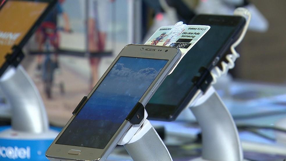 Consumidores em Pernambuco buscam seguros para celulares  (Foto: Reprodução/TV Globo)