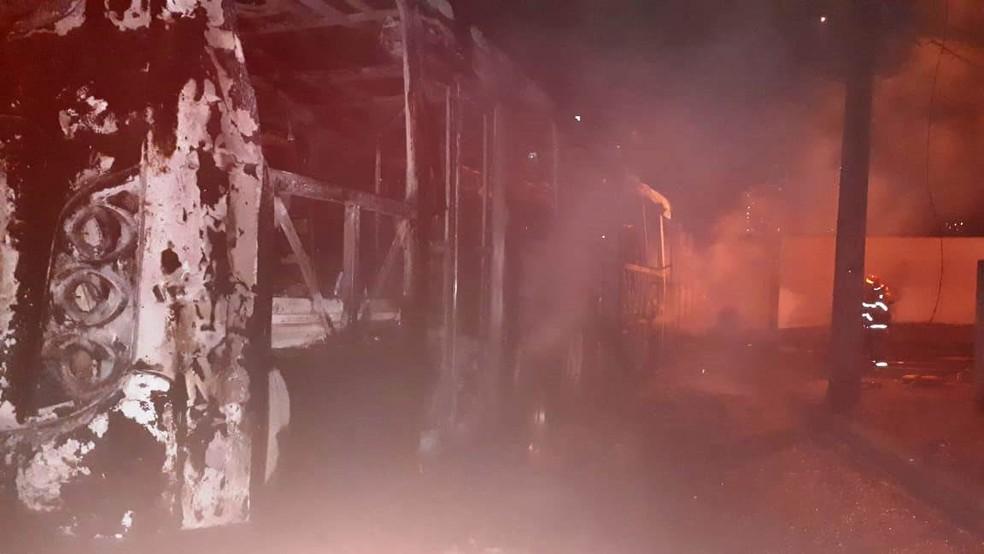 Ônibus foi incendiado no Bairro Patrimônio em Uberlândia (Foto: G1 )