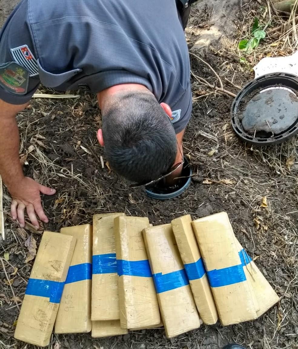 Droga estava em tonel enterrado em matagal — Foto: PM/Divulgação