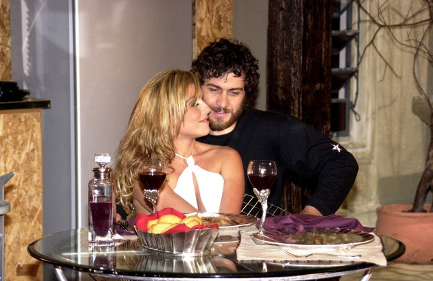Gabriel em cena com Deborah Secco em 'O beijop do vampiro' (Foto: Gianne Carvalho/ TV Globo)