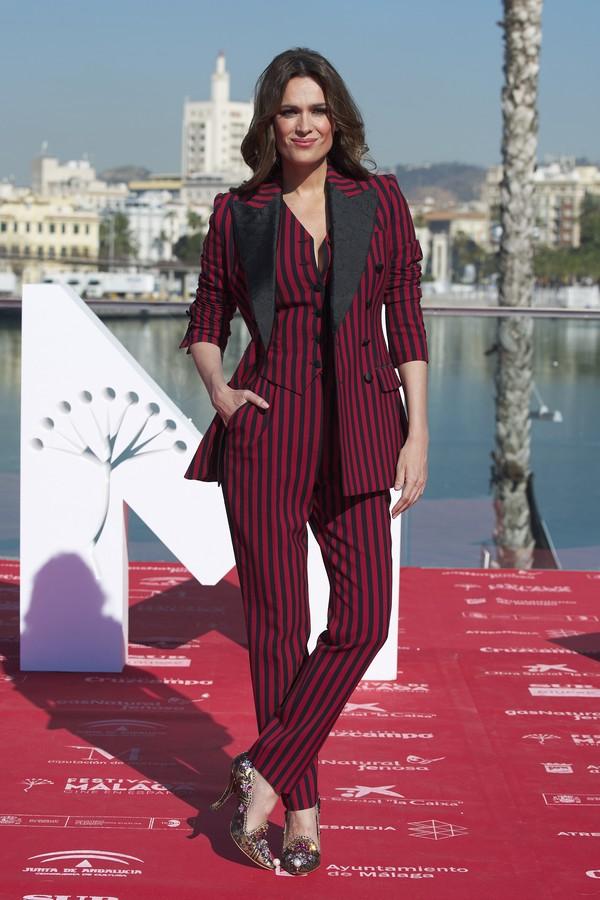 Mar Saura no Festival de Cinema de Málaga de terno Dolce & Gabbana listrado, finalizado com sapatos carregados no brilho e cabelo solto para um resultado bem feminino. (Foto: Getty Images)