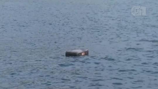 Colchão é flagrado boiando em praia na costa de SP