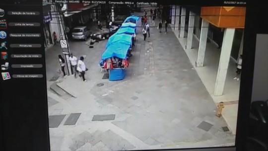Carro atropela pedestres em calçadão no Centro de Lages; vídeo