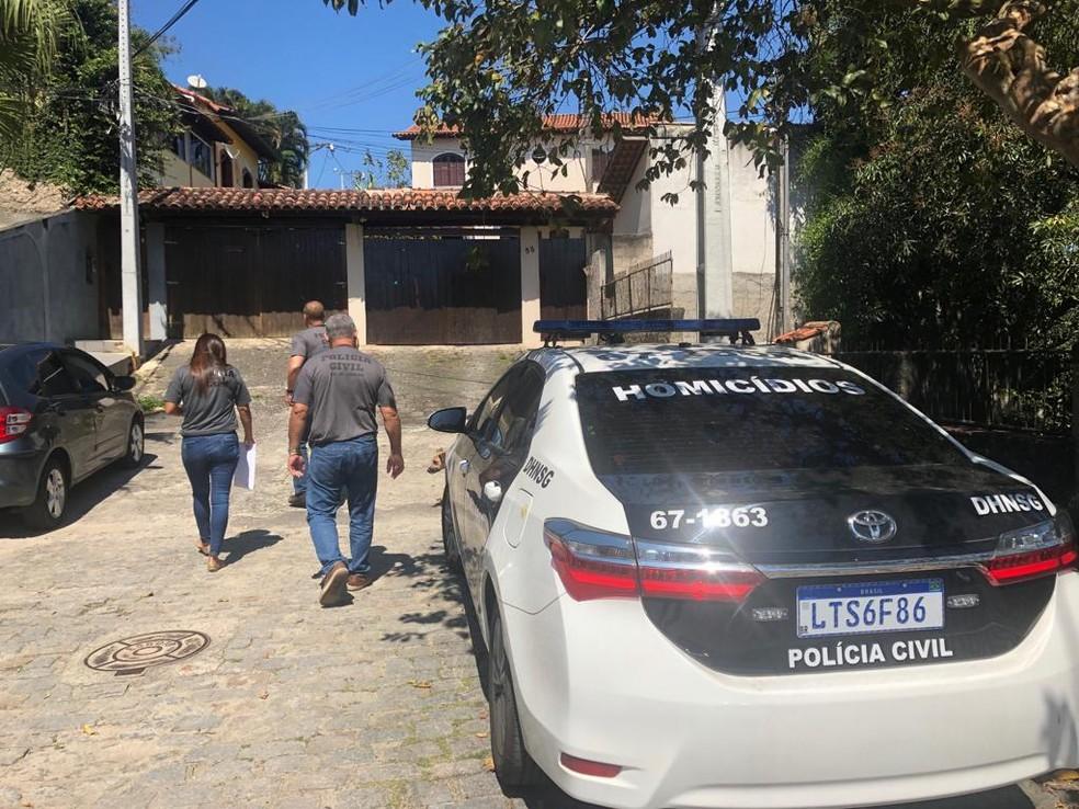 Policiais chegam à casa da deputada Flordelis para intimar ela e outras 12 pessoas a participar da reconstituição da morte do pastor Anderson — Foto: Reprodução