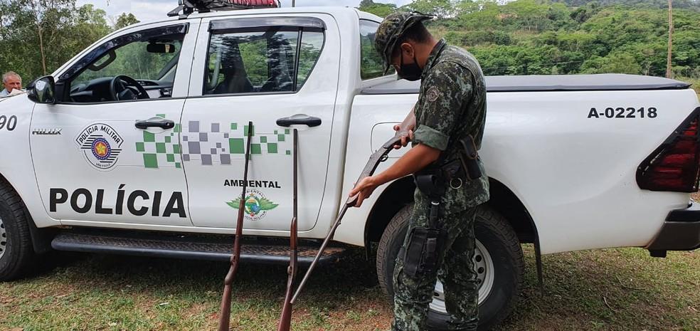 Foram apreendidas espingardas no sábado (24) na zona rural de Agudos — Foto: Divulgação/Polícia Ambiental