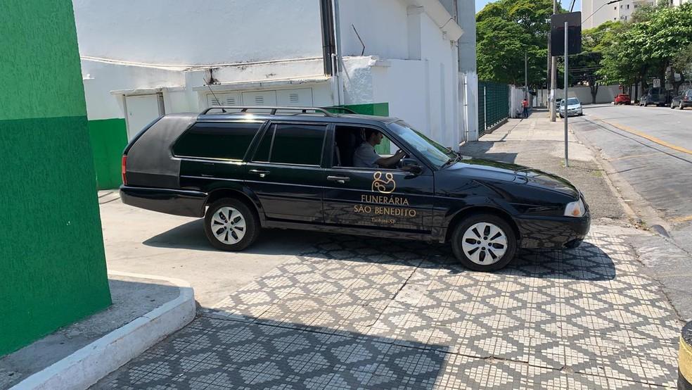 Funerária buscou o corpo da vítima na UPA Central no começo da tarde deste domingo — Foto: João Mota/TV Vanguarda