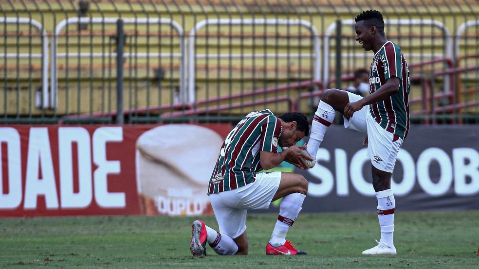 Após gol do Fluminense, Fred beija chuteira de Cazares, autor do cruzamento — Foto: Lucas Merçon FFC