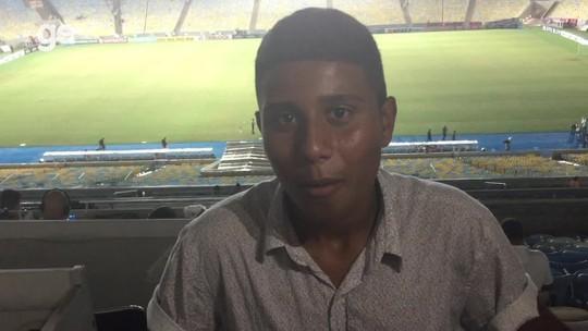 Jovem que vende cachorro-quente sonha ser jornalista, vai a jogo do Flamengo e entrevista ídolo Renê