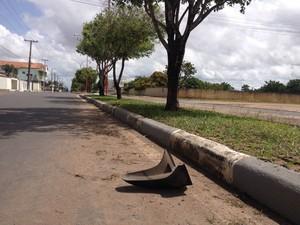 Jovem perdeu o controle da moto ao subir no canteiro central da avenida (Foto: Valéria Oliveira/G1)
