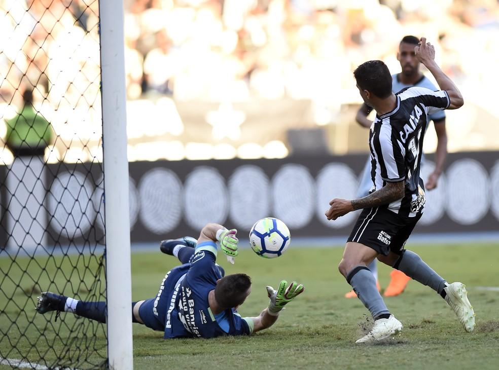 Marcelo Grohe e Kieza em Botafogo x Grêmio (Foto: André Durão)