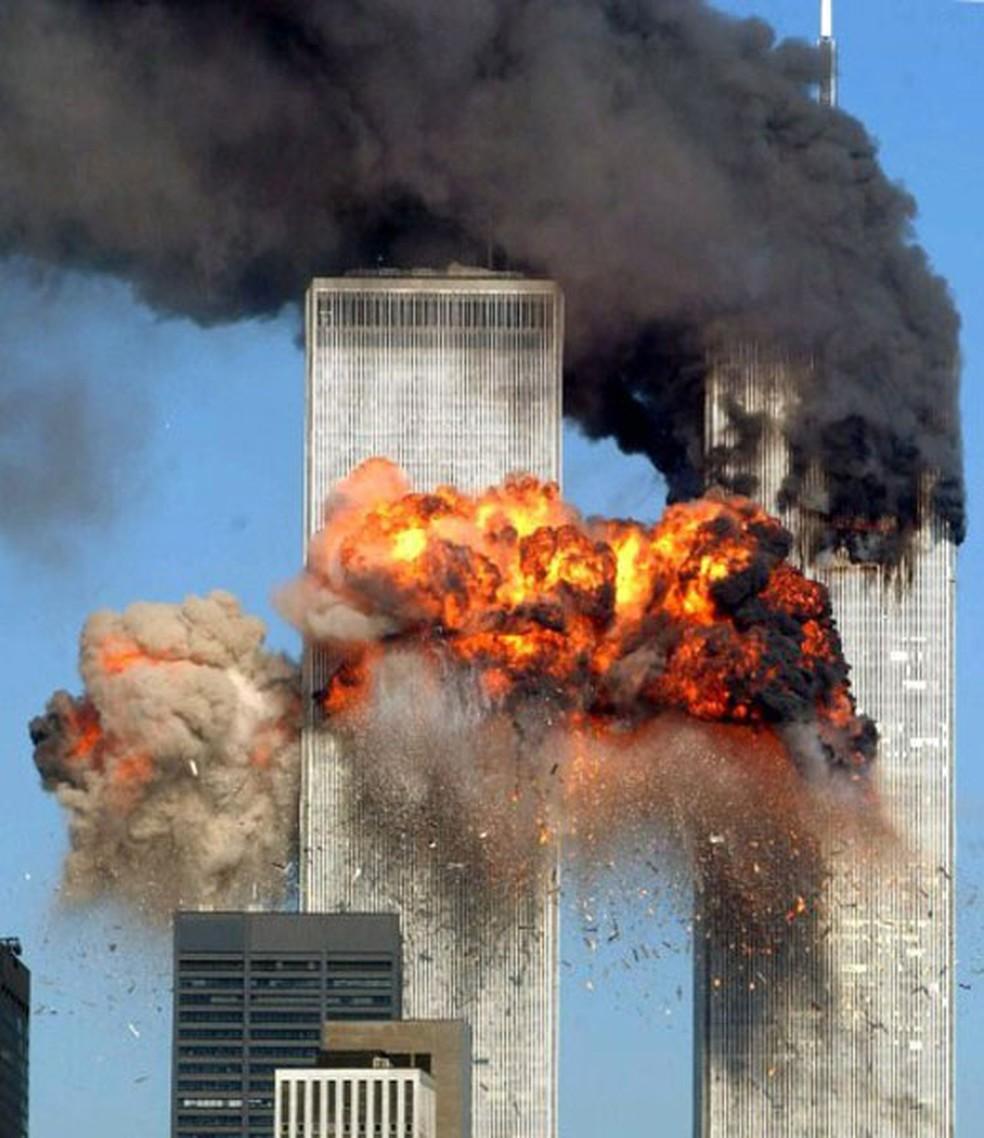 O segundo avião, do voo 175 da United Airlines vindo de Boston, atinge a torre sul do World Trade Center às 9h03 de 11 de setembro de 2011 (Foto: Spencer Platt/Getty Images/AFP)