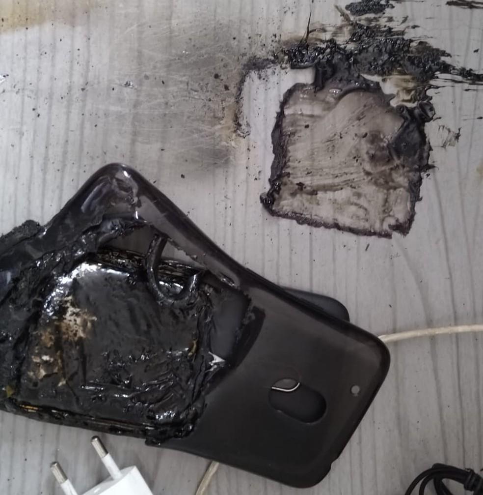 Celular explodiu no quarto do casal, em Salto (SP) — Foto: Arquivo Pessoal