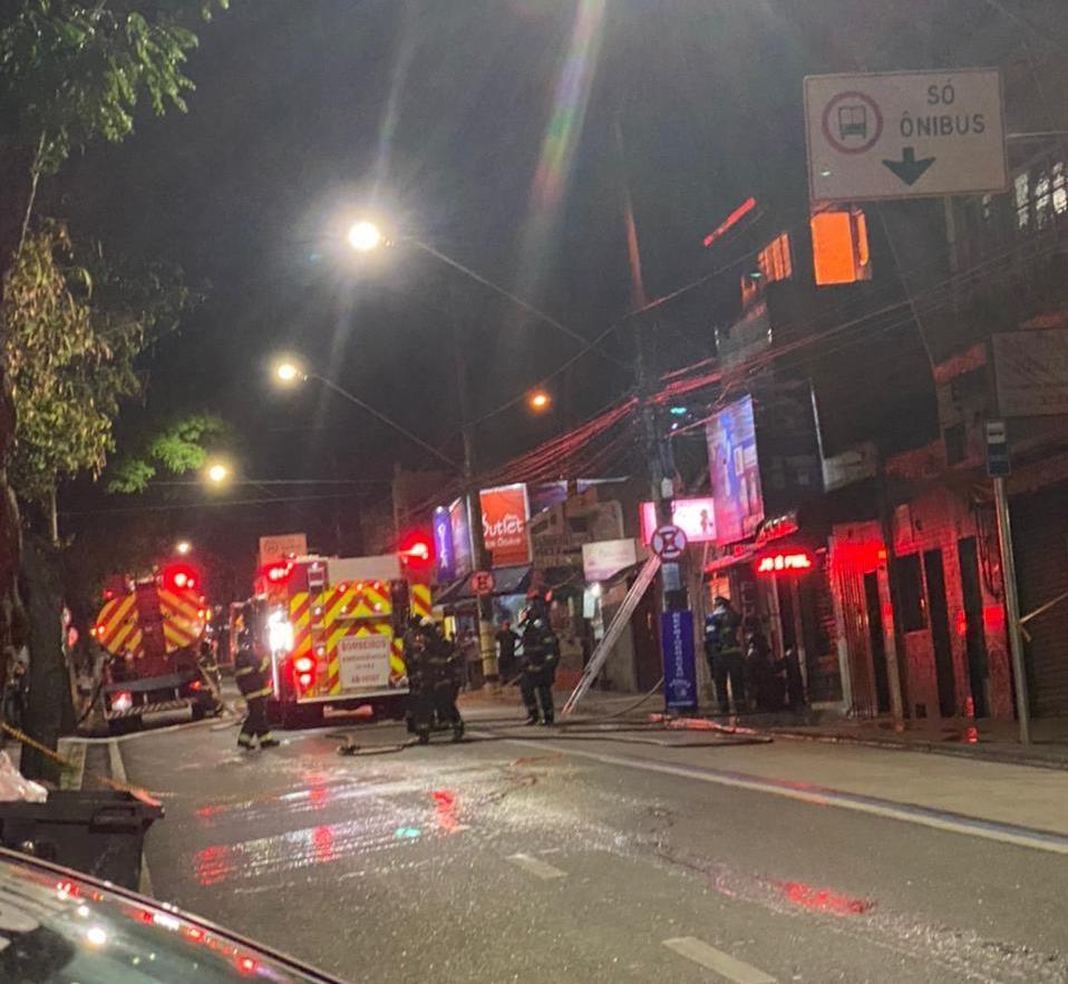Incêndio em comércio mobiliza bombeiros em rua de Sorocaba