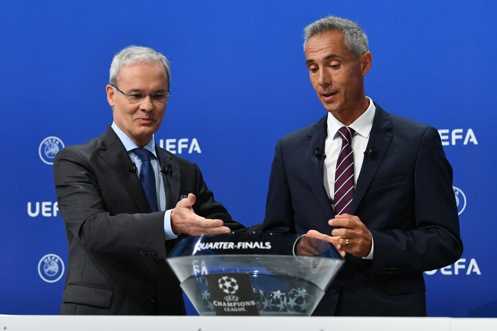 Giorgio Marchetti, secretário-geral da Uefa, e o ex-jogador português Paulo Sousa no sorteio da Liga dos Campeões — Foto: Harold Cunningham / UEFA / AFP