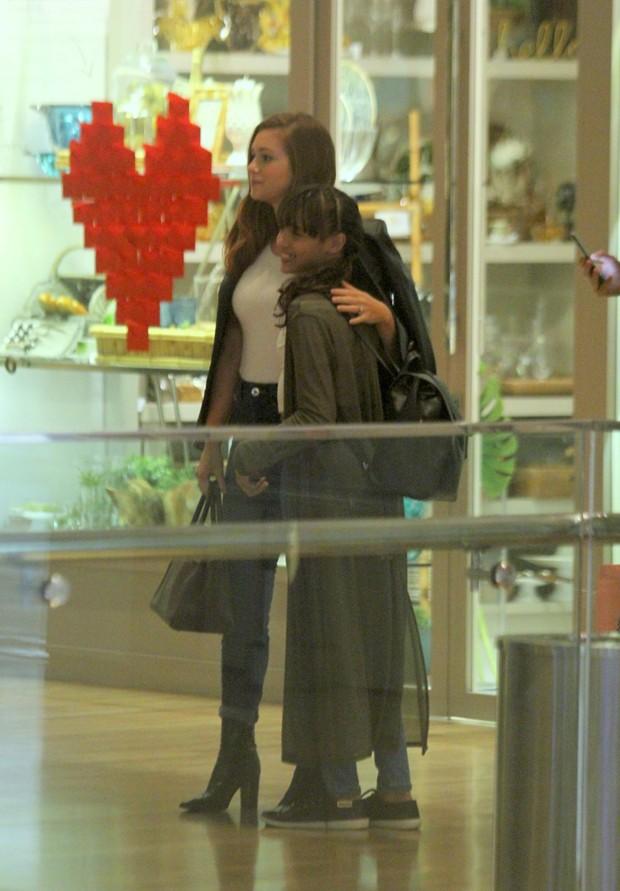 Marina Ruy Barbosa posa com populares em shopping (Foto: AgNews)