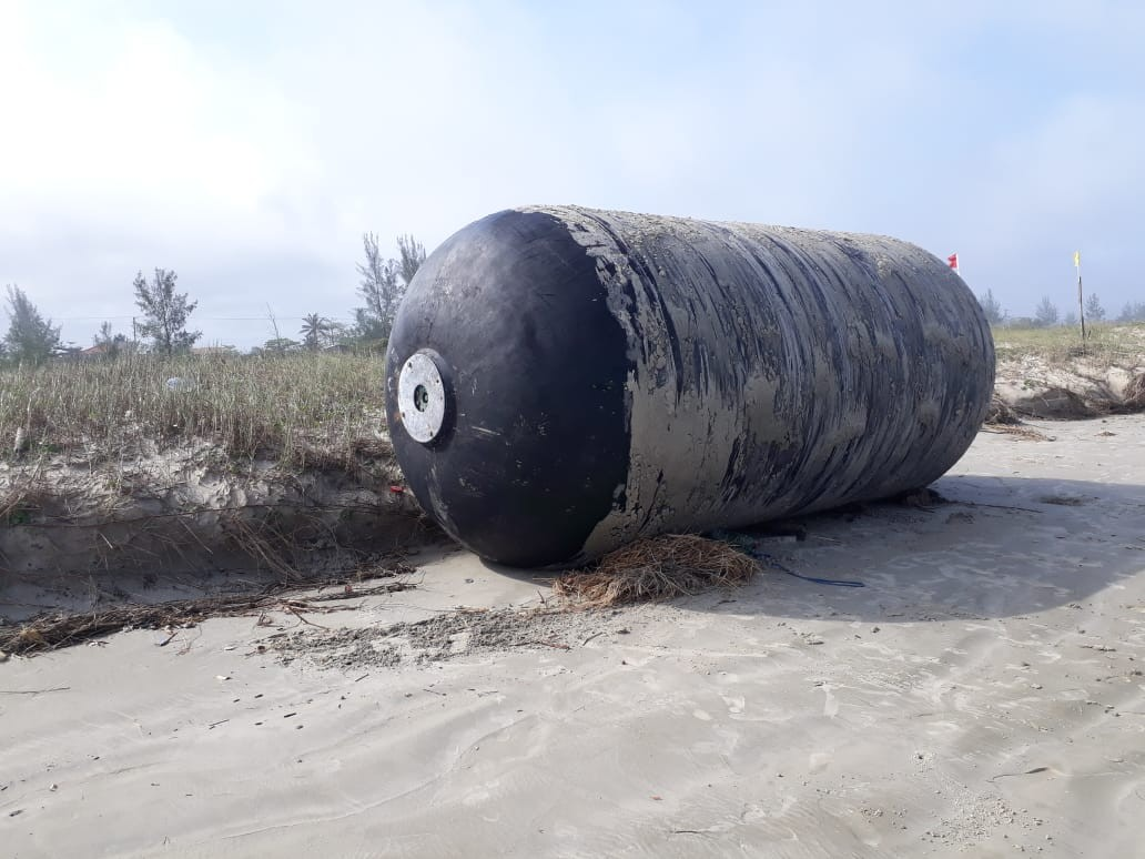 Objeto gigante que apareceu em praia de SP pertence à Petrobras, diz estatal