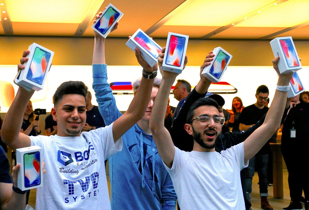 First customers to buy iPhone X in Australia celebrate in Sydney (Photo: David Gray / Reuters)