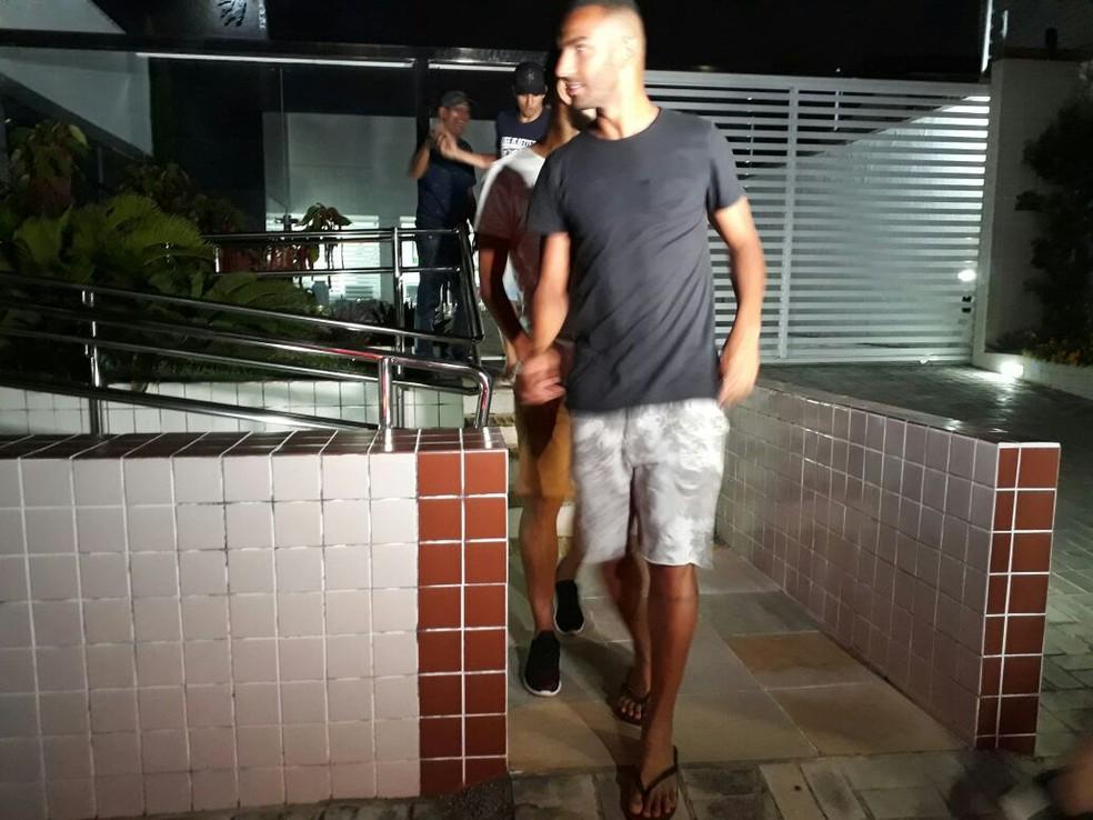 Jogadores do ABC saem da reunião com o Safern (Foto: Victor Lyra/Globo Esporte)