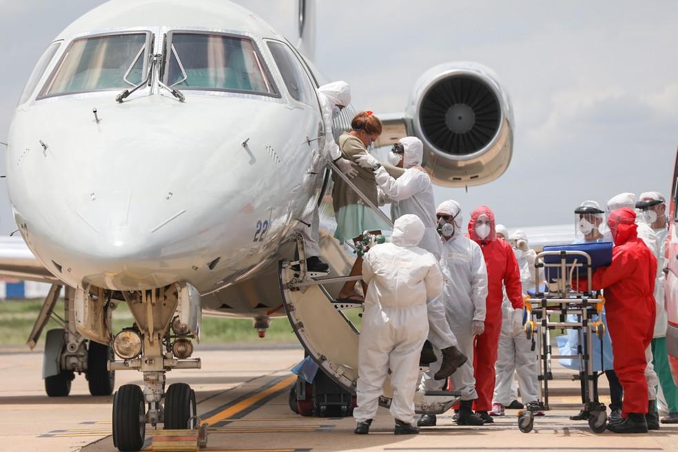 Pacientes com quadro moderado de Covid-19 são recebidos em Teresina, no Piauí, após serem transferidos de Manaus — Foto: João Allbert/Agif/Estadão Conteúdo