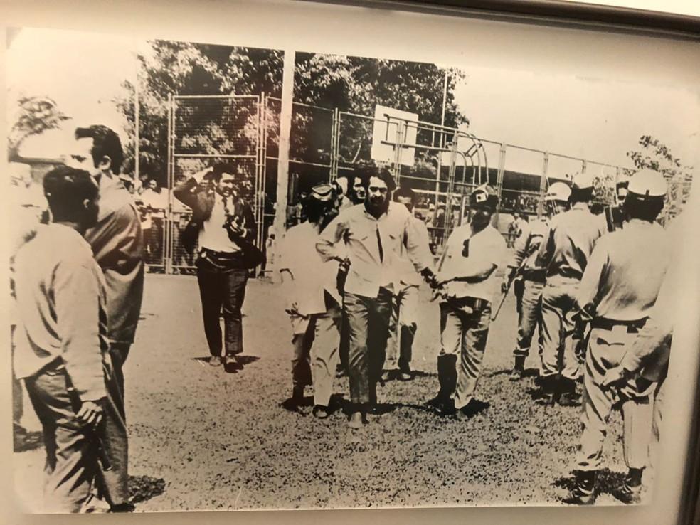 Cláudio de Almeida (centro), aos 22 anos, sendo preso durante invasão militar à UnB em 1968 (Foto: Arquivo pessoal)