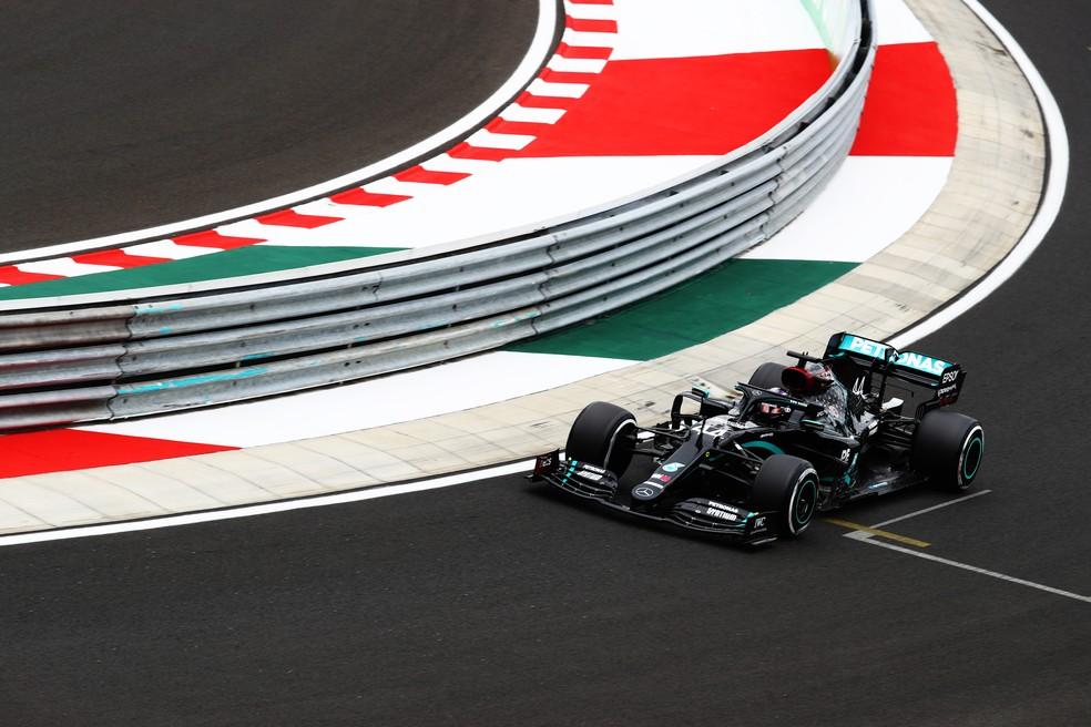 Lewis Hamilton durante o primeiro treino para o GP da Hungria — Foto: Getty Images