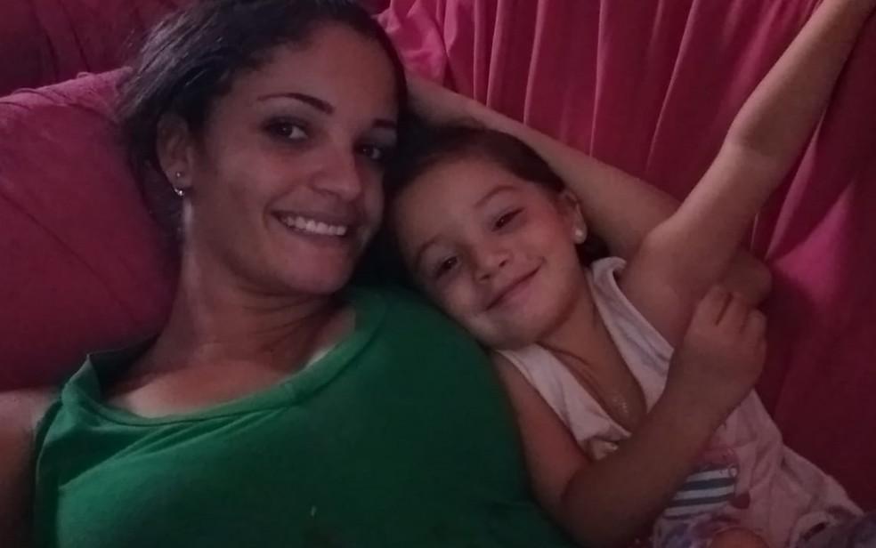 Thaynara Gonçalves e a filha, Ana Julya (Foto: Thaynara Gonçalves/Arquivo Pessoal)