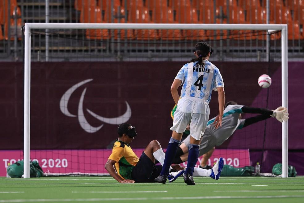 Nonato chuta para fazer o gol sobre a Argentina — Foto: Buda Mendes/Getty Images
