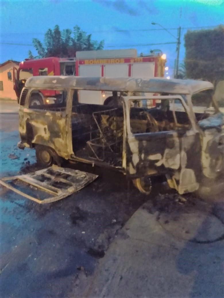 Motorista e passageiros escapam momentos antes de veículo ser destruído por incêndio em Gurupi