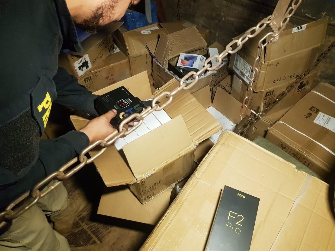 Pai e filho são flagrados em MS com 1,5 mil celulares chineses e eletrônicos sem documentação fiscal
