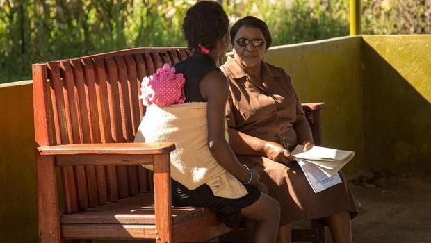 Desde 2006, Chibanda e sua equipe ensinaram a mais de 400 avós técnicas de terapia com evidências científicas (Foto:  Cynthia R Matonhodze/BBC)