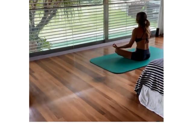 Andrea faz meditação num dos quartos da casa, com vista para o jardim (Foto: Reprodução)