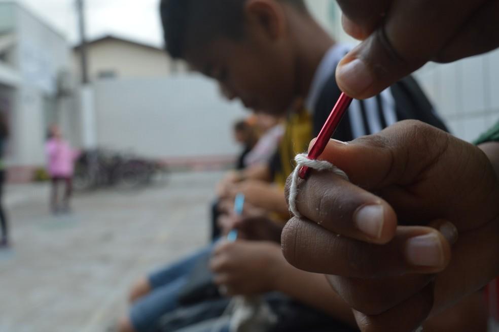 Crianças fazem crochê em contraturno da escola desde 2012 em Itajaí (Foto: Luiz Souza/NSC TV)