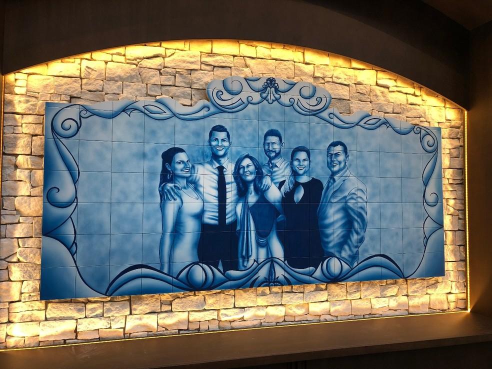 Mural de azulejos da família de Cristiano Ronaldo no restaurante — Foto: Divulgação