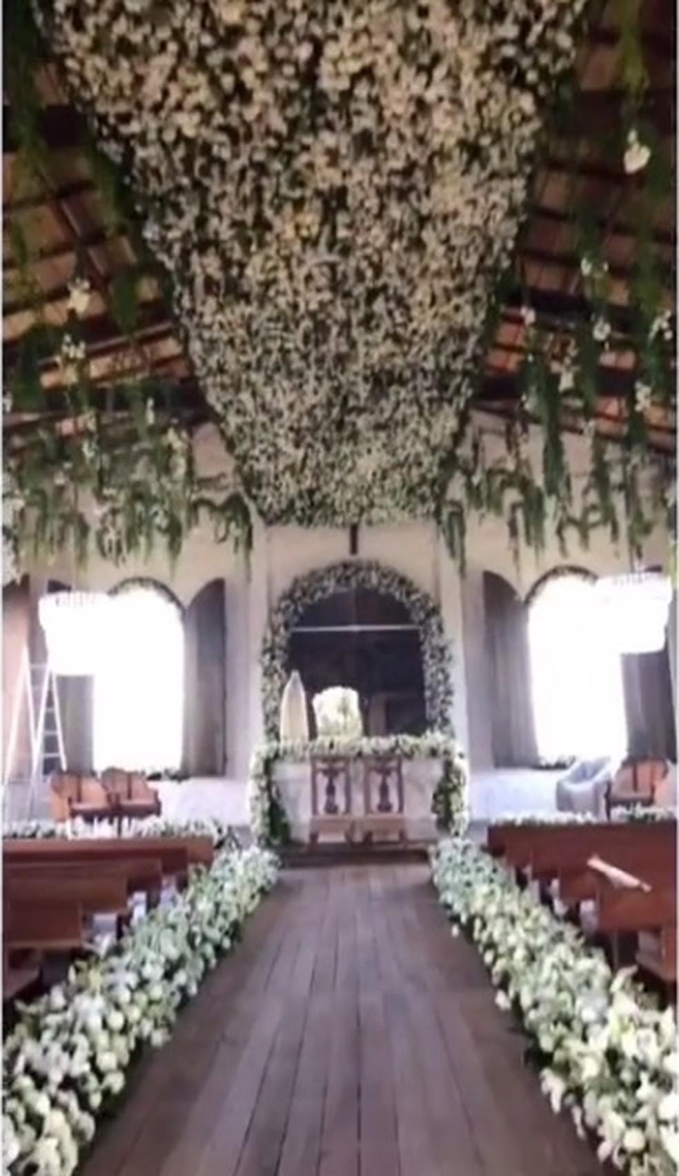 Igreja foi decorada com flores até no teto (Foto: Instagram/Reprodução)