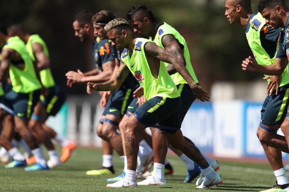 Neymar ao lado de companheiros em atividades da Seleção (Foto: Lucas Figueiredo / CBF)