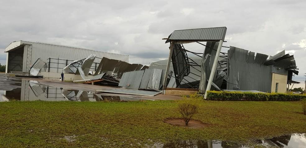 Temporal deixou galpões do aeroporto de Penápolis (SP) destruídos — Foto: Arquivo Pessoal